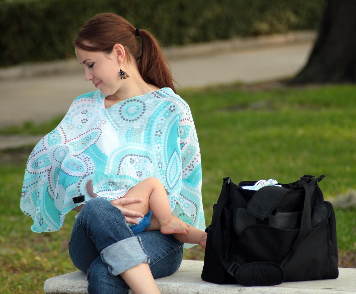pirose-nursing-scarf-emily-nursing.jpg